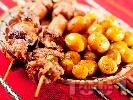 Рецепта Печени свински шишчета с чушки на фурна, поднесени с гарнитура от пресни картофки соте